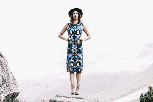 Повна довжина моди постріл жінка в сукні та капелюхи себе — стокове фото