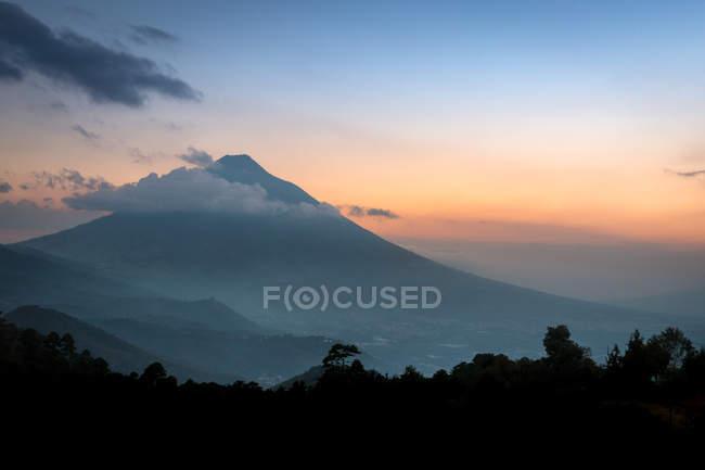 Pôr do sol no vulcão Agua na Guatemala — Fotografia de Stock