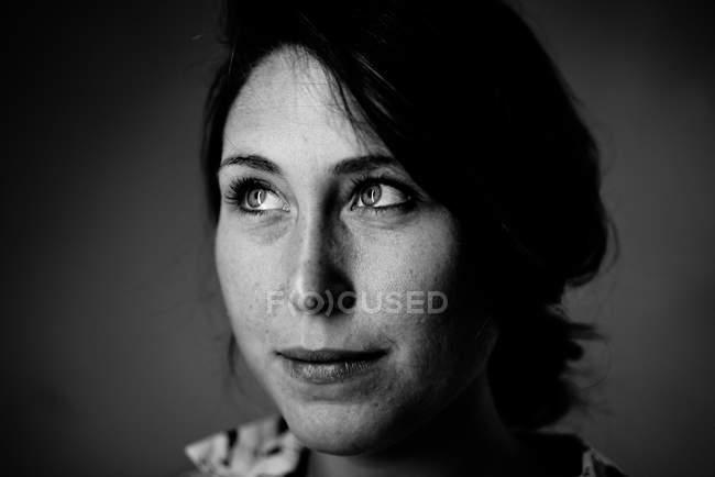 Schwarz / weiß Porträt einer Frau, Nahaufnahme — Stockfoto
