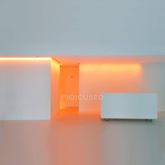 Перегляд апельсин освітленій світло в туалети — стокове фото
