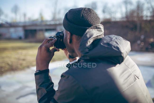 Африканський фотограф людини в капелюсі, беручи фотографії фото ретро камери — стокове фото