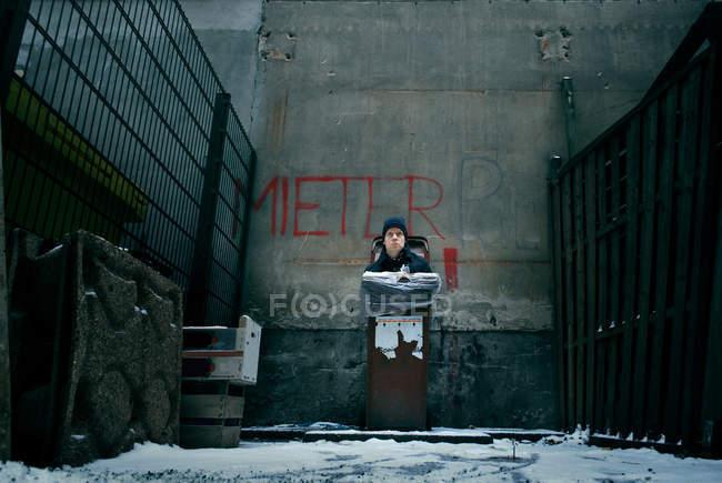 Людина всередині ставку в міських backstreet концепції — стокове фото