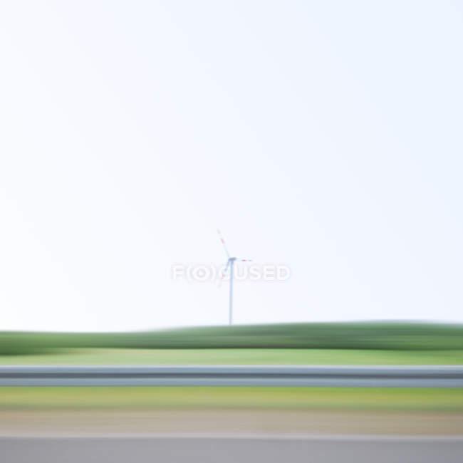 Розмиті руху експлуатації вітротурбіни — стокове фото