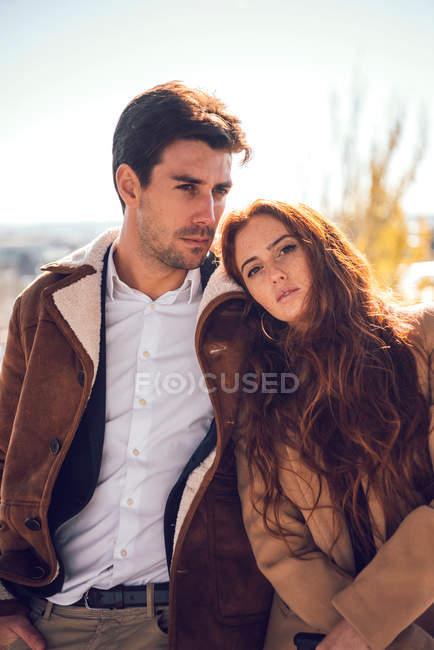 Modische kaukasischen Paar Umarmung — Stockfoto