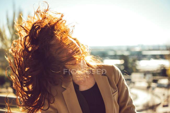 Femme rousse heureux à l'extérieur par temps venteux — Photo de stock