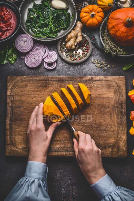 Висока кут зору жінки підготовці овочі — стокове фото
