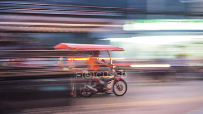 Blurred motion of a moving bike on a busy street in the city — Fotografia de Stock