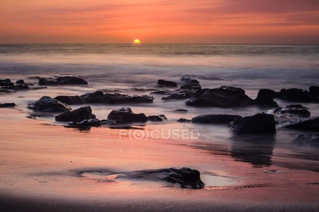 Vue panoramique du coucher de soleil sur la plage, longue exposition — Photo de stock