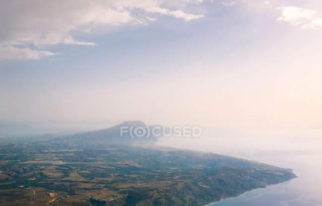 Vista aérea da paisagem e do mar da costa — Fotografia de Stock
