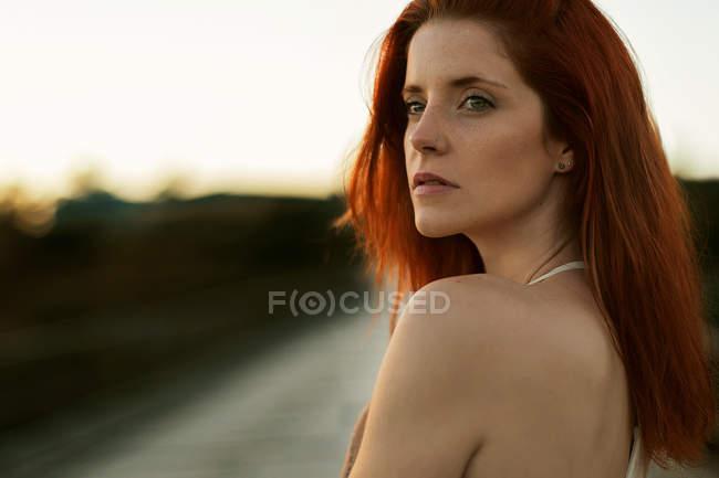 Портрет красивой молодой женщины, глядя — стоковое фото