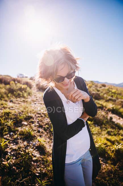 Femmes mûres heureux, profiter de la nature en vacances — Photo de stock