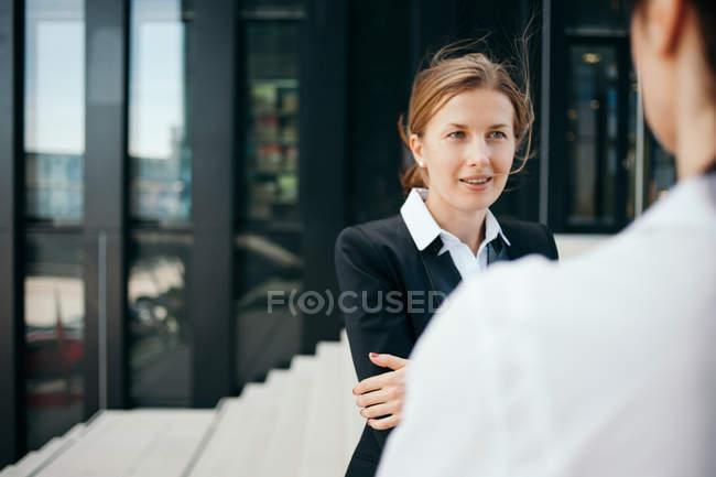Две женщины деловой разговор на улице — стоковое фото