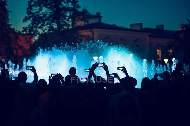 Personen, die Fotos von beleuchteten Brunnen bei Licht-shows — Stockfoto