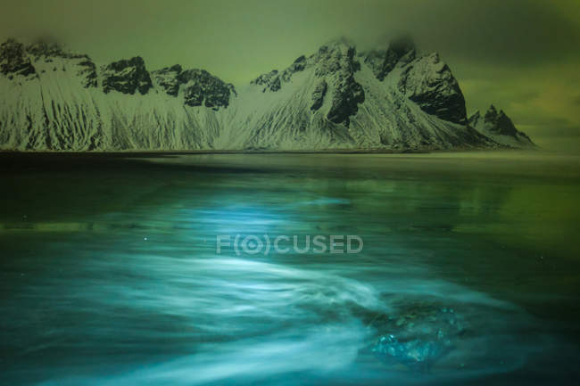 Beautiful scenic view of lake under mystical sky in Iceland — Stock Photo
