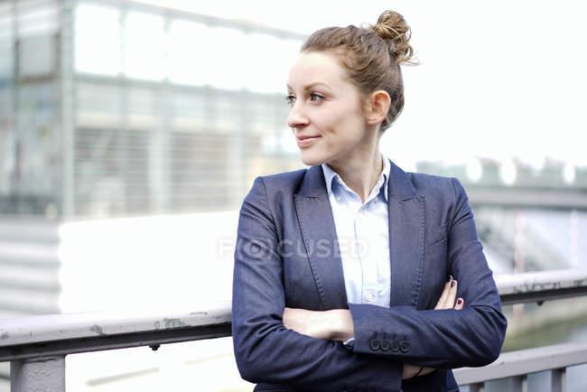 Donna di affari in piedi con le braccia incrociate e distogliere lo sguardo — Foto stock