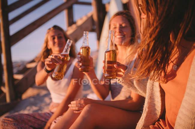 Жінки п'ють пиво на пляжі — стокове фото