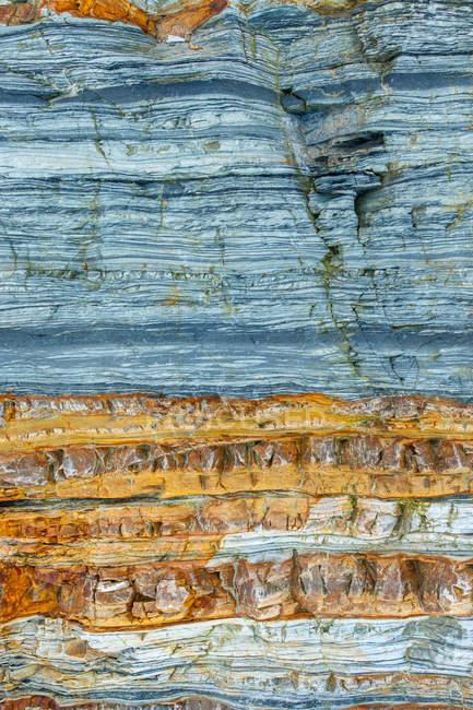 Tiro de quadro completo de um fundo de parede rochosa — Fotografia de Stock