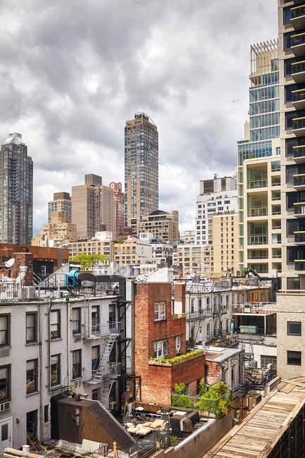 Vue des bâtiments architecturaux de grande hauteur à Manhattan — Photo de stock