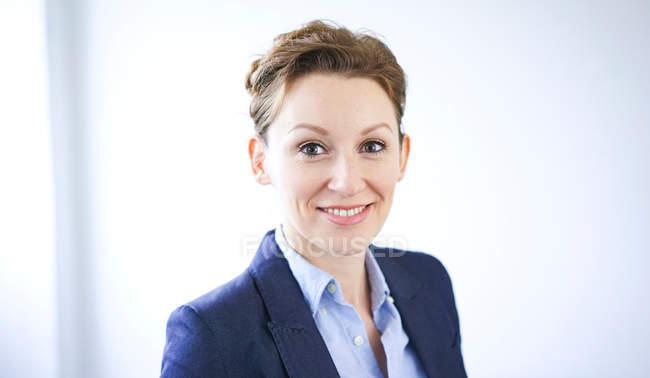 Retrato de mulher de negócios olhando para a câmera a sorrir — Fotografia de Stock