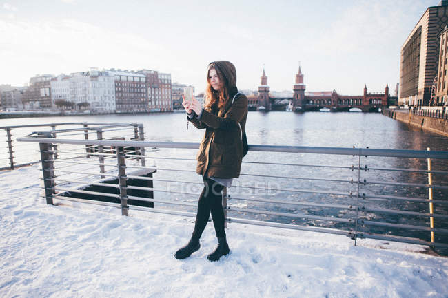Young woman taking pictures in Berlin in winter snowy scene — Stock Photo