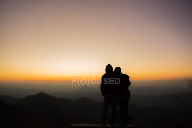 Arrière vie de couple coup d'oeil dans le ciel avant l'obscurité — Photo de stock