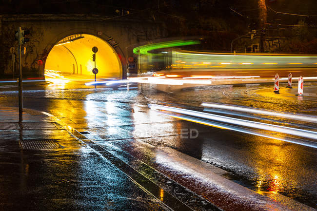 Размытые движения луч света на дороге — стоковое фото