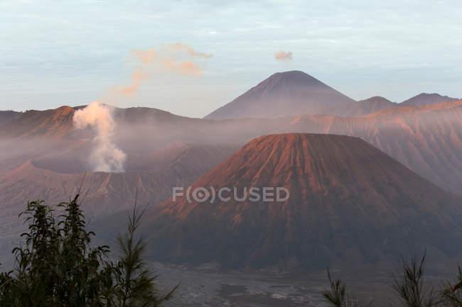 Вулканічні кратери з димом, Азії Індонезії — стокове фото