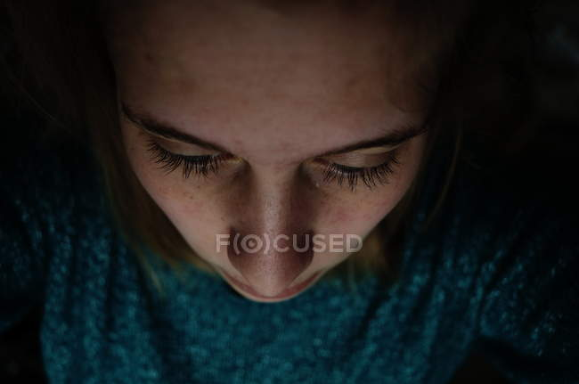 Источник света просмотра женщина крупным планом — стоковое фото