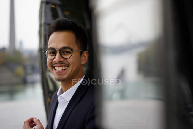 Sonriendo apuesto mezclado a hombre carrera mirando a cámara - foto de stock