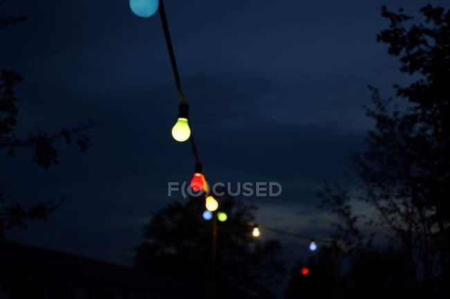 Niedrigen Winkel Blick auf Birne Party Lichter gegen Himmel in der Nacht — Stockfoto