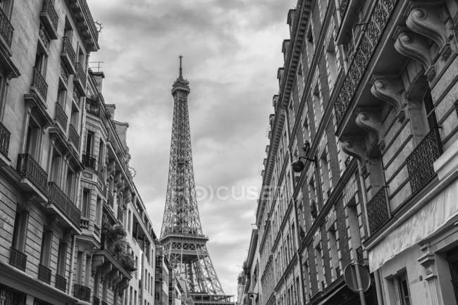 Architectural shot of the Eiffel Tower in Paris — Stock Photo