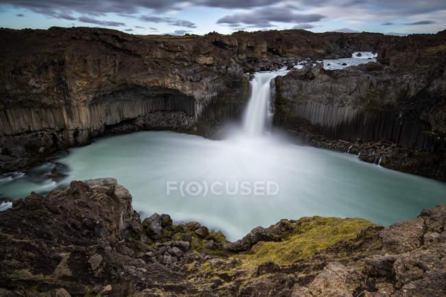 Chute d'eau dans les montagnes Rocheuses, longue exposition — Photo de stock