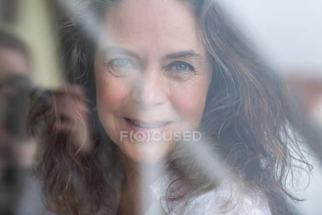 Портрет зрелой женщины с морщинами, глядя на камеру крупным планом — стоковое фото