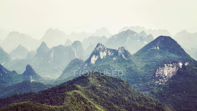 Formazioni carsiche paesaggio intorno a guilin, giorno nebbioso — Foto stock