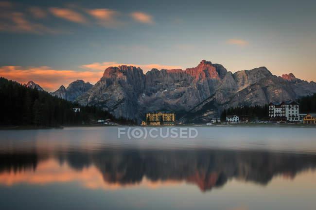 Кортинад '-Ампеццо горы Anpezo, Италия с озеро и закат отражение неба — стоковое фото