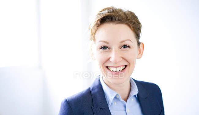Retrato de mulher sorridente, olhando para a câmera — Fotografia de Stock