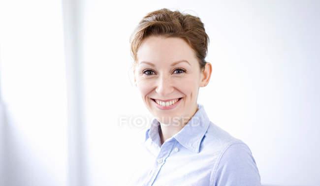 Retrato de mulher de negócios a sorrir — Fotografia de Stock
