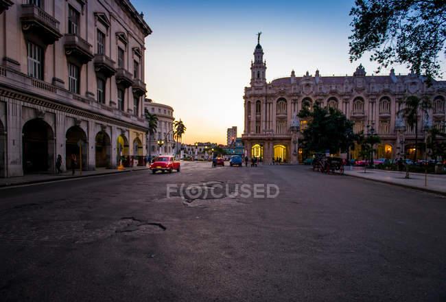 Дома на улице на Кубе города на закате — стоковое фото