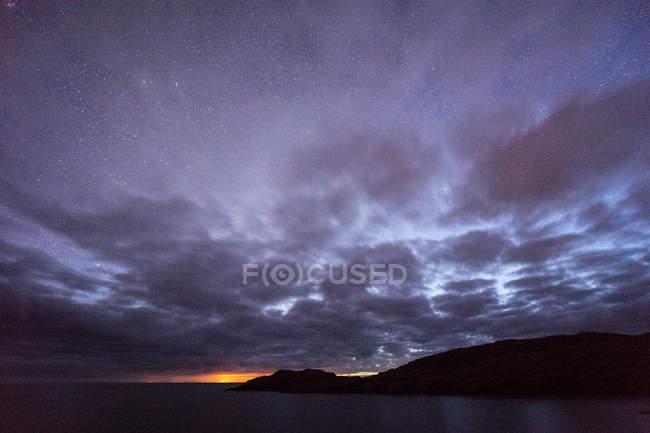Bela vista panorâmica sobre roxo céu dramático à noite — Fotografia de Stock