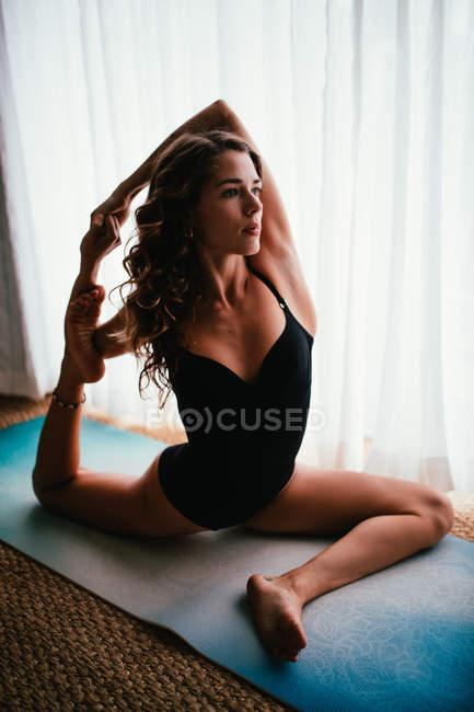 Здорових дорослих брюнетки практикуючих йогу — стокове фото
