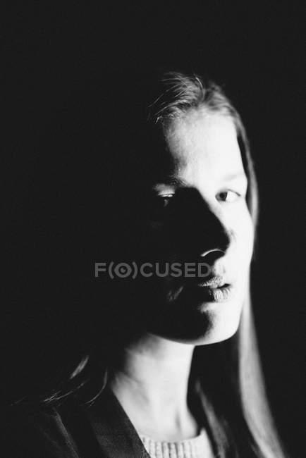 Studio-Porträt der jungen Frau Gesicht im Schatten — Stockfoto