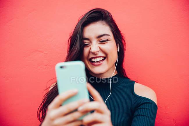 Jovem mulher feliz fazendo videochamada com telefone inteligente — Fotografia de Stock