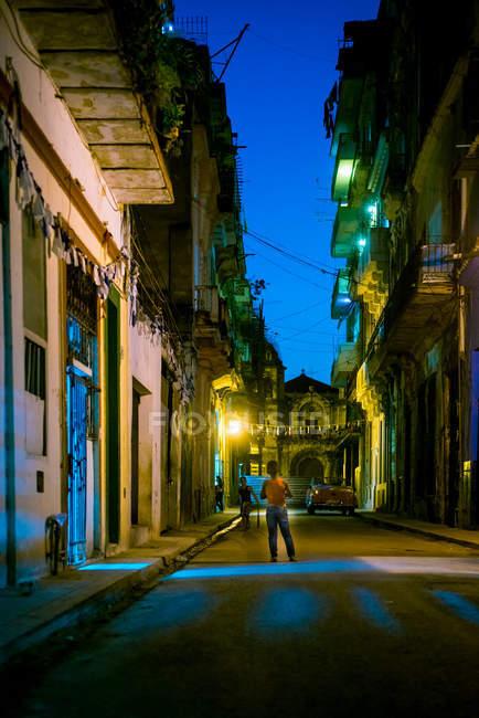 Улицу освещенных в сумерках — стоковое фото