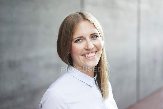 Caucasian business woman smiling and looking at camera — Stock Photo