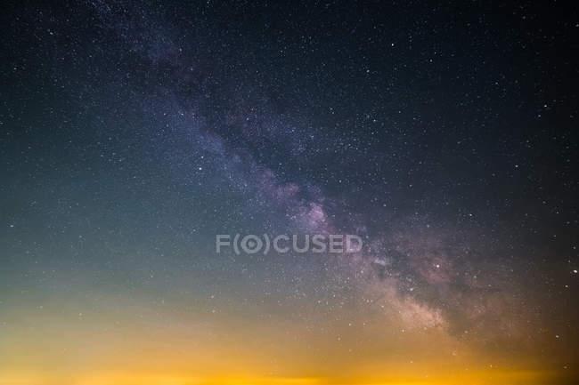 Сверкающие Milkyway и звездное небо фон — стоковое фото