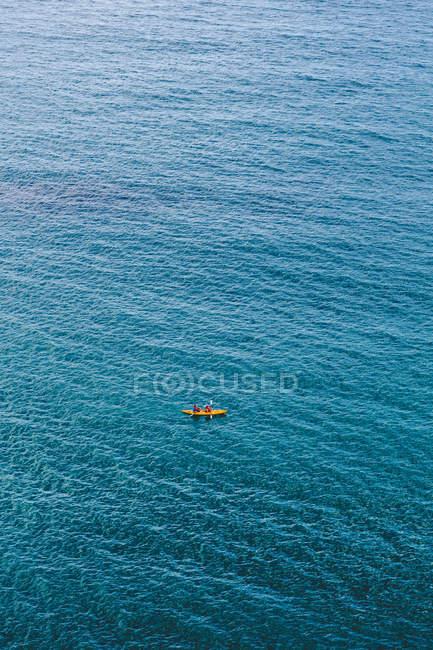 Vista de alto ângulo de caiaque na água azul — Fotografia de Stock