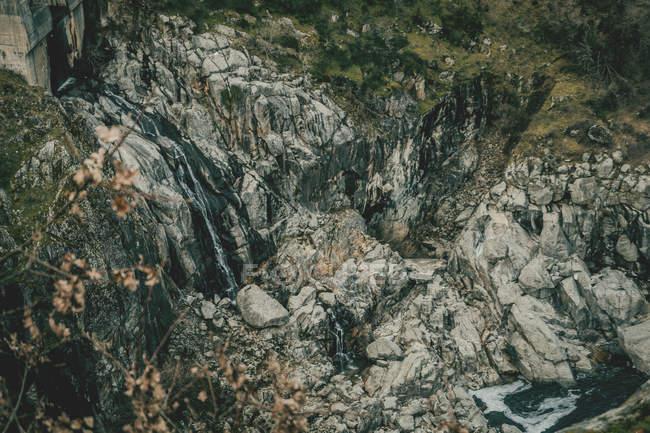Débit d'eau dans les montagnes Rocheuses, formation rocheuse — Photo de stock
