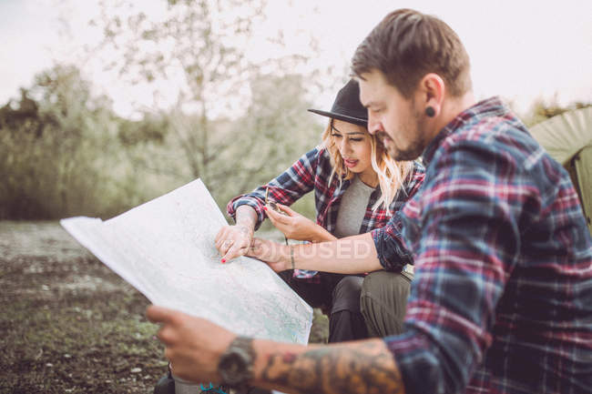Young couple traveling with map — Stock Photo