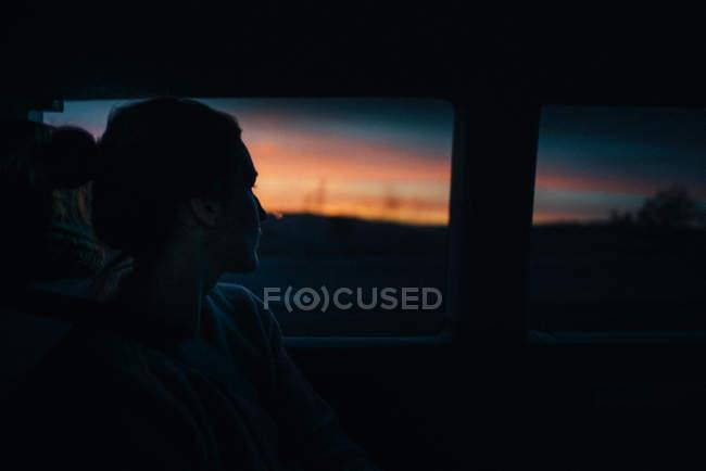 Дивлячись через віконце автомобіля людина — стокове фото