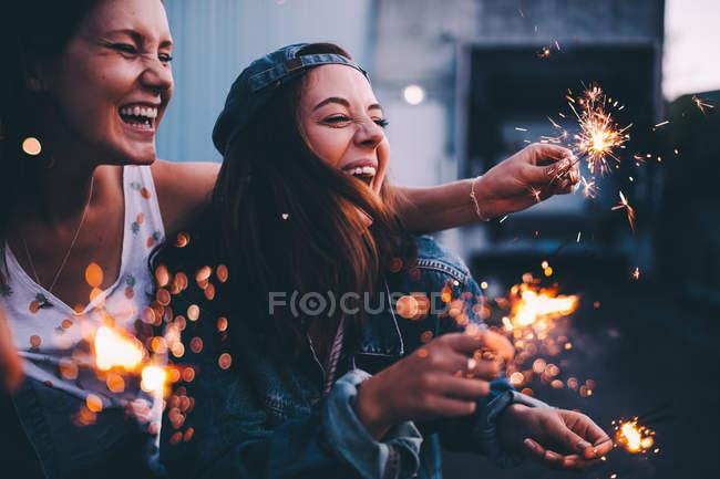 Happy Girls feiern mit Wunderkerzen — Stockfoto